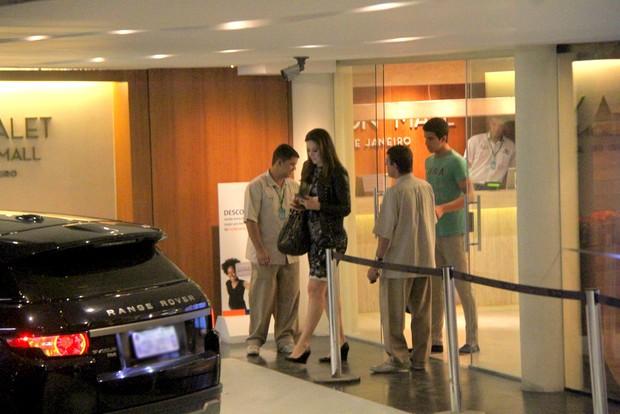 Claudia Raia e filho Enzo em shopping (Foto: Daniel Delmiro / Agnews)