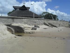 Galeria pluvial desemboca na praia de Manaíra, na capital (Foto: Cadu Vieira/Globoesporte.com)