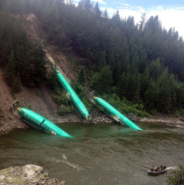 Fuselagens de avião caíram em rio nos EUA após trem que as transportava descarrilar (Foto: Wiley E. Waters Whitewater Rafting, Brock Sarbeck/AP)