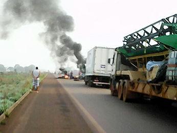 Manifestantes queimam pneus e não permitem o tráfego de caminhões (Foto: Carpergiani Mendes/ Rádio Confresa)