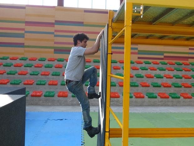 O ator mostrou habilidade durante a gravação e até ajudou os colegas de elenco (Foto: Malhação / TV Globo)