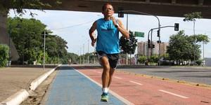 Cobrador de ônibus dribla colesterol, vira maratonista e encara provas de rua no Brasil (Abdias Bideh/GloboEsporte.com)