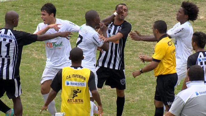 Briga no jogo entre Rio Branco-ES x Atlético-ES pela Série B do Campeonato Capixaba 2014 (Foto: Reprodução/TV Gazeta)