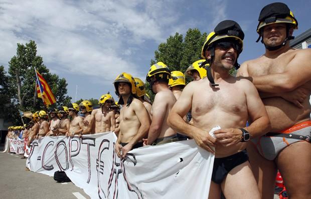 Bombeiros protestavam contra corte de gastos do governo espanhol (Foto: Albert Gea/Reuters)