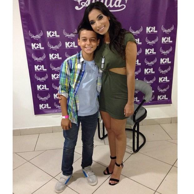 Victor Alexandre, filho de Carla Perez e Xanddy, com Anitta em show no Rio (Foto: Instagram/ Reprodução)