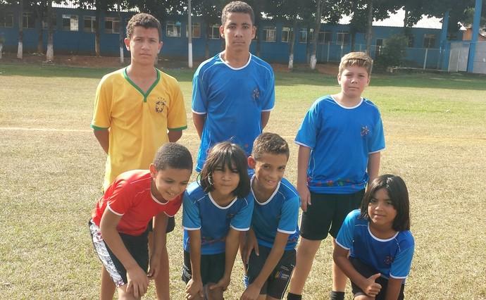 Meninos treinam no mesmo campo que Luis Henrique começou. Joia já é o grande ídolo da meninada de Itarana (Foto: Chandy Teixeira)