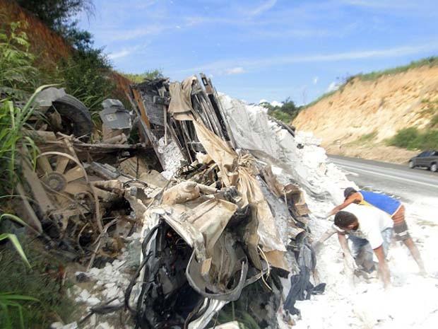 Motorista morre após caminhão bater em carreta na BR-116, na Bahia