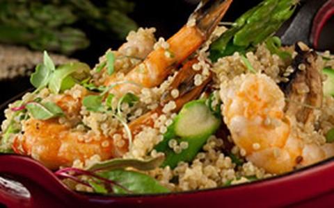 Cuscuz de quinoa com camarão, aspargos e cogumelo