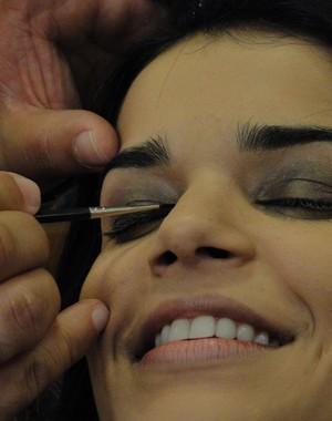 Nova vocalista do Babado Novo, Mari Antunes sorri enquanto é maquiada para entrar no palco (Foto: Caldeirão/TV Globo)