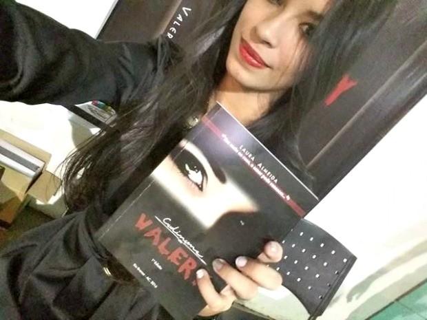 Aos 18 anos, Laura lançou seu primeiro livro. Sonho da autora é que história ganhe telas do cinema (Foto: Laura Almeida/Arquivo Pessoal)