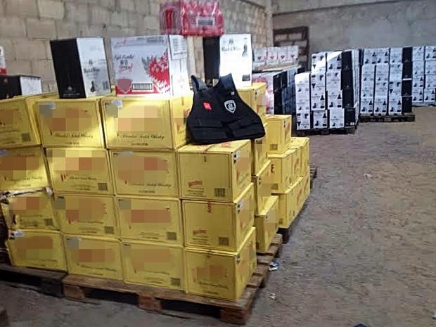 Depósito de bebidas falsificadas em Cabedelo, na Paraíba (Foto: Walter Paparazzo/G1)