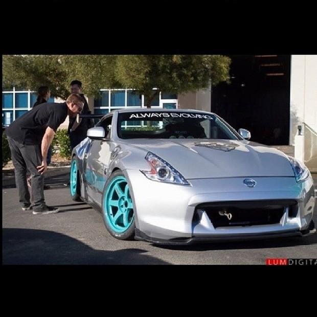 Paul Walker confere carro (Foto: Reprodução/Instagram)