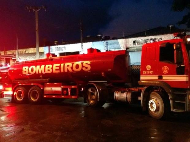 Incêndio atinge barracão de empresa de fundição em Piracicaba (Foto: Edijan Del Santo/ EPTV)