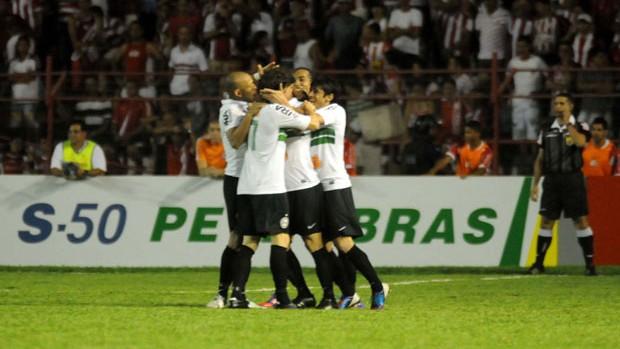 Coritiba comemorando nos Aflitos (Foto: Aldo Carneiro / Pernambuco Press)