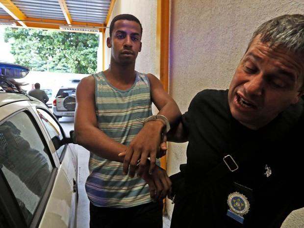 Raí de Souza, de 22 anos, suspeito de participar do estupro coletivo de uma adolescente na Zona Oeste no Rio, é levado após se entregar à Polícia Civil na Delegacia da Criança e Adolescente Vítima (DCAV), no Centro do Rio (Foto: Wilton Junior/Estadão Conteúdo)