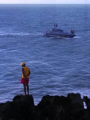 Bombeiros seguem em busca do outro adolescente carioca afogado em Natal (Foto: Edson Viana/G1)