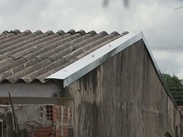 Homem entrou na casa pelo telhado do fundo  (Foto: reprodução/TV Tem)