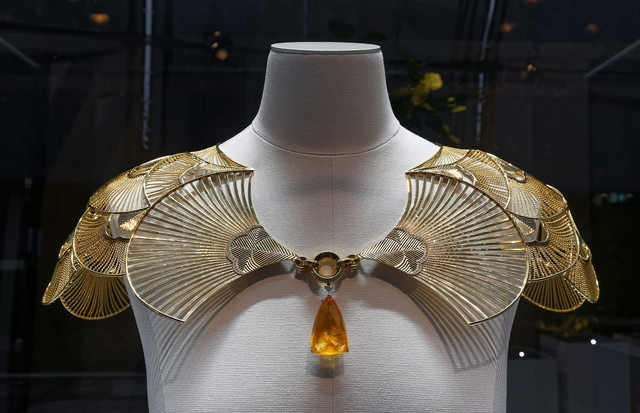 "From the Boucheron ""Vendôrama"" exhibition, the ""Cape of Light"" in citrine, diamonds and yellow gold (Foto: BOUCHERON)"