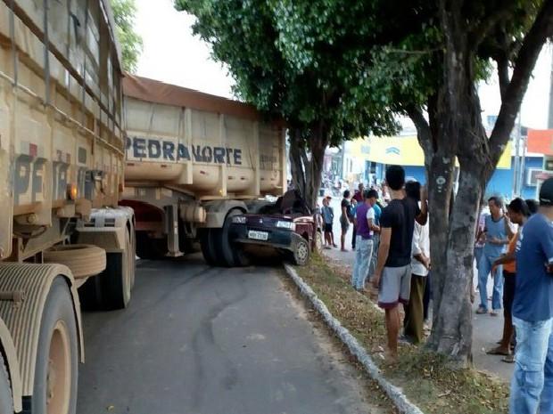 Motorista da carreta trafegava carregado e não conseguiu continuar pela avenida, quando decidiu dar marcha ré (Foto: Jaru Online/Reprodução)