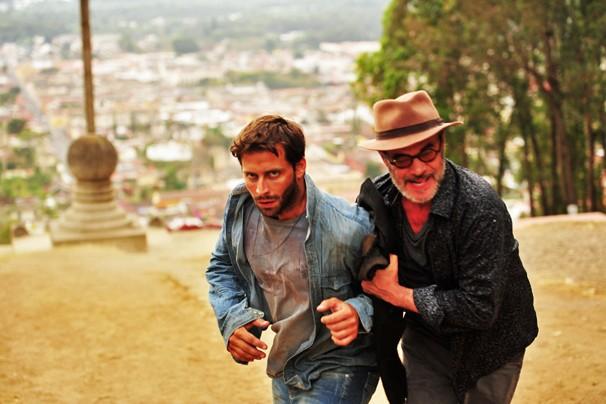 Cassiano (Henri Castelli) é levado por Duque (Jean Pierre Noher) em cena de ação de Flor do Caribe na Guatemala (Foto: João Miguel JR./Rede Globo)