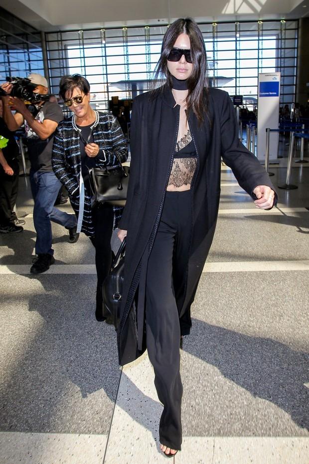 Kendal Jenner usa maxicasaco para viajar (Foto: AKM)