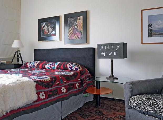 """No quarto, a cúpula preta do abajur ganhou a inscrição """"Dirty mind"""" (mente suja, em inglês), feita pelo proprietário do apartamento, o designer de interiores Augusto Perez (Foto: Marcelo Magnani/Casa e Jardim)"""