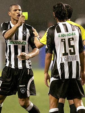 Andre Luis com cartão amarelo do juiz na partida Botafogo x Estudiantes 05/11/2008 (Foto: Reuters)