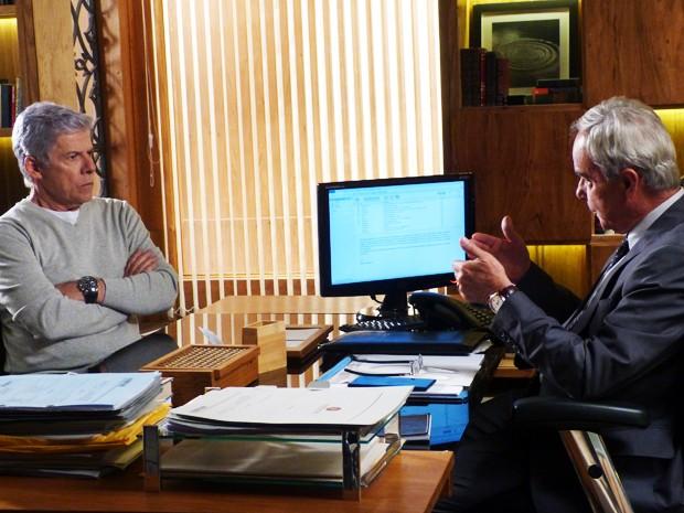 Cláudio conversa com Merival sobre a veracidade da matéria de Téo (Foto: Império / TV Globo)