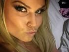De topless, ex-BBB Natalia Casassola faz biquinho para selfie