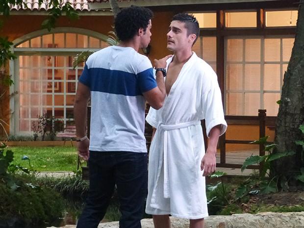 Emerson corre atrás de Gustavo para tirar satisfação (Foto: Guilherme Toscano/Gshow)