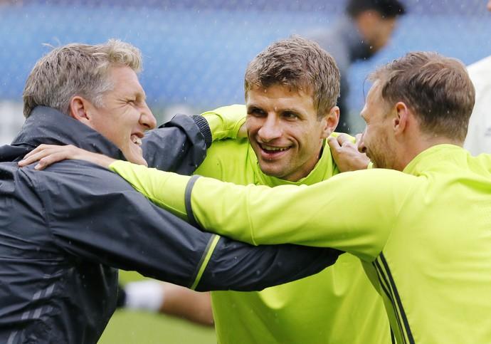 Thomas Müller entre Schweinsteiger e Mustafi no treino da Alemanha (Foto: AP Photo/Michael Probst)