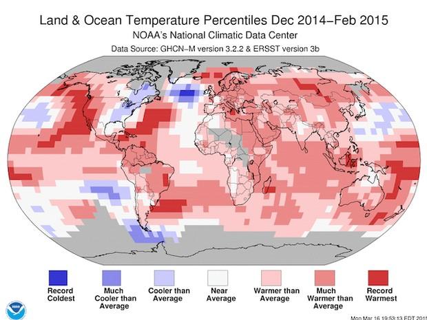 O gráfico da NOAA mostra a média de temperatura no mundo entre dezembro de 2014 e fevereiro de 2015. O azul mais escuro são redorde de frio. Os azuis intermediários são muito mais frio que a média. O azul claro é mais frio que a média. O branco são áreas  (Foto: NOAA/Divulgação)