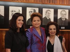 A presidente eleita Dilma Rousseff (c), entre sua mãe, Dilma Jane Silva Rousseff (d), e sua filha, Paula Rousseff, posa para foto durante a cerimônia de diplomação, no plenário do TSE, em Brasília, nesta sexta-feira (Foto: Dida Sampaio/AE)