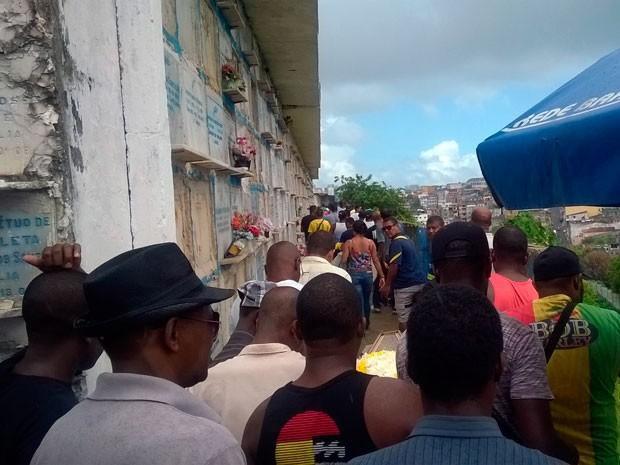 Jovem foi enterrado na manhã desta quinta-feira (Foto: Henrique Mendes/G1)
