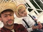 Tal pai, tal filho... Neymar e Davi Lucca posam em clima de festa julina
