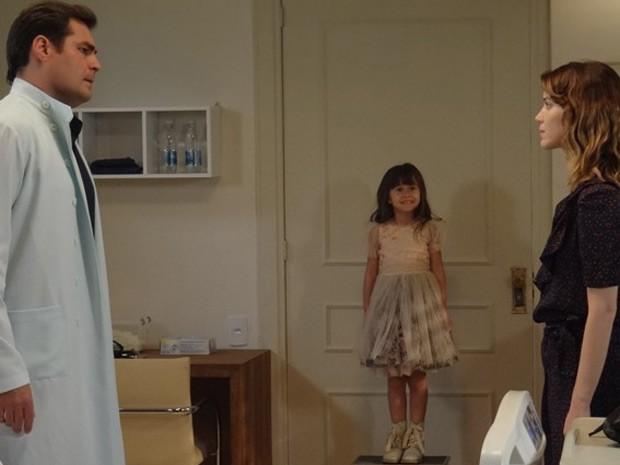 Bella vê Laura cancelar casamento com Marcos  (Foto: Maria Lima / Gshow)