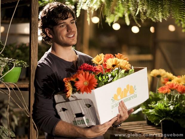 O ator conta que passou mais a dar flores para as pessoas (Foto: Matheus Cabral / TV Globo)