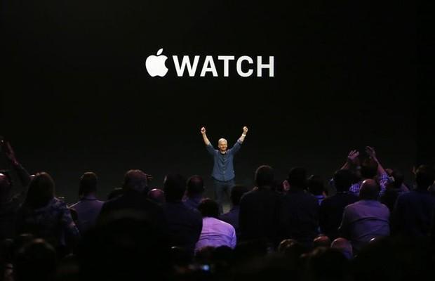 Tim Cook empolga a plateia ao apresentar o Apple Watch (Foto: Agência EFE)