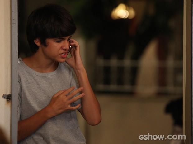Vitor fica muito irritado quando namorada desmarca encontro (Foto: Carol Caminha / TV Globo)