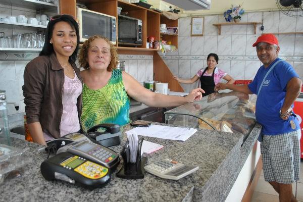 Tamires ajuda a madrinha Sueli no restaurante localizado na avenida (Foto: Luiza Carneiro/ RBS TV)