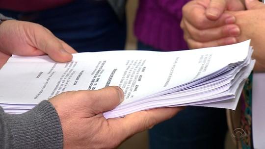 Sindicato de professores entrega pedido de impeachment de Sartori na Assembleia Legislativa