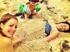 Rafaella Justus brinca na areia em praia nas Bahamas