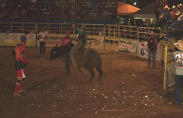 Peão disputava última etapa do rodeio quando foi atingido pelo touro em São Miguel do Araguaia, Goiás (Foto: Pedro Gomes/Diário do Norte)