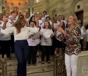 Gaby se apresenta com coral (Foto: TV Globo)