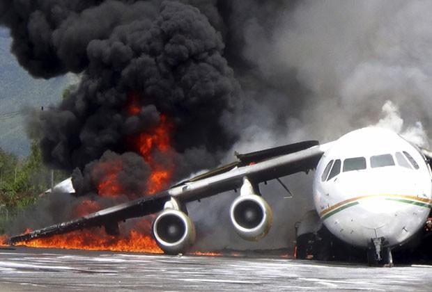 Avião que transportava óleo pega fogo em aeroporto da Indonésia; incêndio começou quando aeronave era descarregada (Foto: AP)
