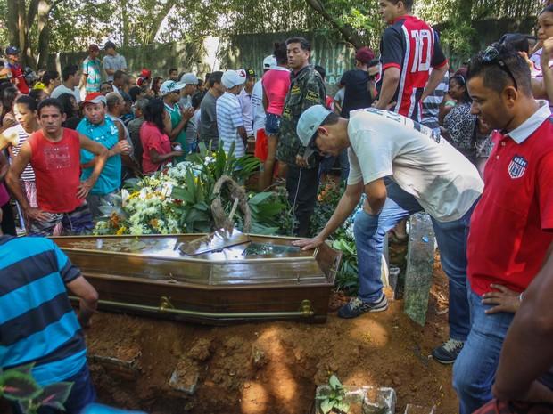 Familiares e amigos acompanham o enterro dos adolescentes Douglas Bastos Vieira, 16 anos; Mateus Moraes dos Santos, 16 anos; José Carlos do Nascimento, 18 anos; e Carlos Eduardo Montilha de Souza, 18 anos, no Cemitério Municipal de Carapicuíba, na Grande  (Foto: Marco Ambrosio/Estadão Conteúdo)