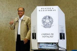 O governador de São Paulo e candidato à reeleição, Geraldo Alckmin, votou em São Paulo neste domingo (5) (Foto: Adriana Spaca / Brazil Photo Press / Agência O Globo)