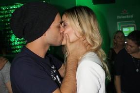 Rainer Cadete e namorada se beijam no Rock in Rio (Foto: Rogerio Fidalgo/AgNews)
