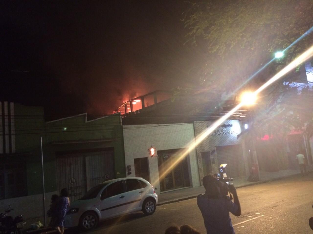 Incêndio atinge casa na Rua Nunes Machado, no Centro de Caruaru, Agreste de Pernambuco (Foto: Monike Freitas/ TV Asa Branca)