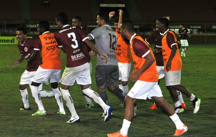 Jogadores da Desportiva comemoram primeiro gol (Foto: Fernando Madeira/A Gazeta)